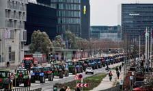Peste 500 de tractoare decorate cu drapelul national danez au traversat capitala Copenhaga, sâmbata 21 noiembrie 2020, pentru a protesta împotriva legii care cere sacrificarea nurcilor.