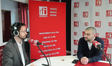 Petre Florin Manole (d), în studioul RFI (arhivă)