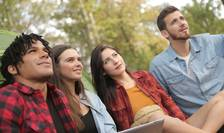 Tineri care privesc increzatori spre viitor