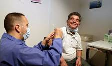 Un pacient este vaccinat cu Pfizer-BioNTech la Paris, 15 mai 2021.