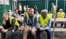 Dragoș Pîslaru în dialog cu lucrători în construcții la Londra