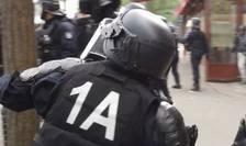 Politistul care a fost judecat la Paris fusese filmat pe când arunca cu o bucatà de pavaj spre manifestanti, 1 mai 2019