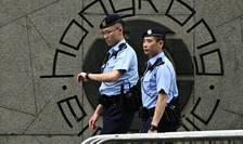 Politisti patruleaza în fata sediului guvernului din Hong Kong, iunie 2019.