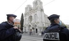 Politisti patruleaza în jurul Bazilicii Notre Dame din Nisa, 29 octombrie 2020, în urma atacului produs aici si soldat cu 3 morti.