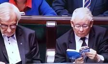 În 2017 Jarosław Kaczyński a fost surprins în plină dezbatere parlamentară citind o enciclopedie a pisicilor.