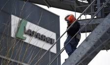 Producatorul francez de ciment Lafarge este acuzat ca a finantat organizatia Stat Islamic. Aici, un angajat Lafarge pe 7 Aprilie 2014, la Paris