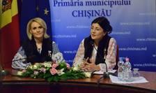 Gabriela Firea și Silvia Radu imbracate in costume traditionale la conferinta de presa de la Chișinău