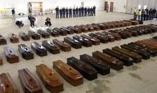 Cosciugele victimelor naufragiului din 3 octtombrie 2013 într-un hangar al aeroportului din Lampedusa (Foto Reuters/Antonio Parrinello)