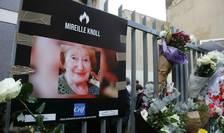 Flori în dreptul blocului unde a fost asasinatà Mireille Knoll în ziua de 28 martie 2018.