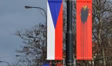 Zeci de steaguri chinezesti agàtate pe stràzile capitalei Praga au fost pàtate cu ocazia vizitei în Cehia a presedintelui Xi Jinping