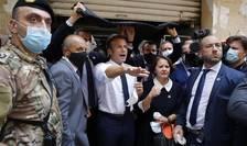Presedintele Emmanuel Macron pe o strada devastata din Beirut, 6 august 2020.