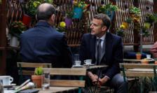 Presedintele Emmanuel Macron si premierul Jean Castex marcheaza momentul redeschiderii teraselor, dupa ce timp de aproape 7 luni ele au fost închise, 19 mai 2021, Paris.