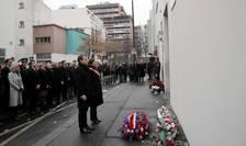 Presedintele Frantei, Emmanuel Macron si primarul Parisului, Anne Hidalgo aduc împreuna un omagiu victimelor de la Charlie Hebdo, 7 ianuarie 2017, în arondismentul XI din Paris.
