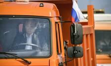 Presedintele rus Vladimir Putin inaugureaza Podul Crimeei la volanul unui camion