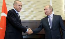 Presedintele rus Vladimir Putin, strânge mâna omologului turc, Recep Tayyip Erdogan, în statiunea balneara Soci, Rusia, 22 octombrie 2019.