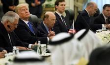 Presedintele Statelor Unite, Donald Trump cu Rex Tillerson în dreapta sa, 20 mai, Riyadh, în compania Regelui Salman si oficiali sauditi