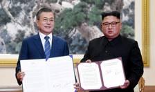 Presedintele sud-coreean Moon Jae-in (stânga) si cel nord-coreean Kim Jong-un, miercuri 19 septembrie 2018, la Phenian