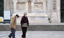 Persoane în vârstă care poartă măști de protecție, în Italia (Foto: AFP)
