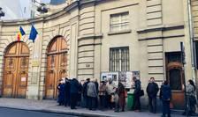Primii votanti asteapta sa îsi poata exercita votul la Ambasada României din Paris pentru turul II al alegerilor prezidentiale, 22 noiembrie 2019.