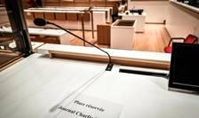 Locul rezervat jurnalului Charlie Hebdo în sala de audiente a Tribunalului din Paris unde începe pe 2 septembrie procesul atentatelor din ianuarie 2015.