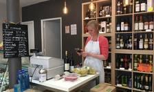 Proprietara magazinului Chez Miha din Paris, Mihaela Pomian pregateste o comanda cu bucate pentru masa de Pasti. Numarul comenzilor a explodat de câteva zile pe fondul carantinei existente în Franta.