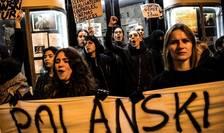 Protest împotriva realizatorului franco-polonez Roman Polanski în fata salii de cinema Champo din Paris, 12 noiembrie 2019.