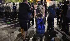 Jandarmi şi protestatari, în Piaţa Victoriei, 10 august 2018 (Foto: AFP/Daniel Mihăilescu)