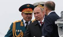Presedintele Rusiei Vladimir Putin trece în revistà navele rusesti la Sevastopol, în compania ministrului rus al Apàràrii Serghei Soigu, 9 mai 2014
