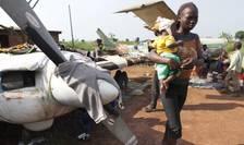 """La Bangui, capitala republicii centrafricane, mii de deplasati se refugiaserà la aeroportul MPoko, nu departe de cazarma militarilor francezi din forta """"Sangaris"""""""