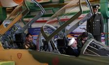 Preşedintele iranian Hassan Rohani în cockpitul avionului militar Kowsar