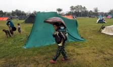 Copii şi adulţi afectaţi de cutremurul din Nepal (Foto: Reuters/Adnan Abidi)