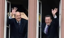 Jacques Chirac si cancelarul german Gerhard Schröder salutà multimea de la fereastra primàriei din Blomberg, Germania, 7 martie 2007.