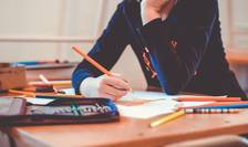 Economistul Cristian Socol, un apropiat al PSD, propune acordarea a 10 lei pe zi pentru elevii care nu au absențe de la școală.