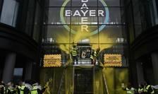 Sediul francez al Bayer, la Garenne-Colombes, în apropiere de Paris, în timpul unei manifestatii a ecologistilor
