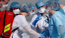 Medici din Franța, în prima linie în lupta împotriva coronavirusului (Sursa foto: © Christian Hartmann/Reuters)