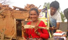 Sinistrati primind ajutoare de la voluntarii Karuna-Shechen. Foto Karuna Shechen
