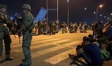 Soldati francezi coordonează evacuarea unor conaționali dar și a unor afgani pe aeroportul din Kabul, 17 august 2021.