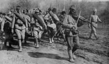Soldaţi ai Armatei Române se îndreaptă către front însoţiţi de un violonist