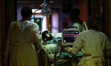 Bolnav de Covid într-o unitate de terapie intensivà din Aulnay-sous-Bois, 19 aprilie 2020.