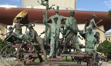 Bucureşti, grupul statuar din faţa Teatrului Naţional.