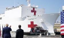 Președintele american Donald Trump salută echipajul navei spital Comfort.