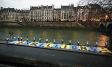 Suntem 2,3 milioane - este mesajul afişat joi dimineaţa, la 8h30, pe un banner gigant de 3m pe 30m, pe cheiul Senei, la doi paşi de Tribunalul Administrativ din Paris.