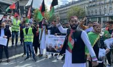 Sute de persoane, printre care si tineri afgani, au protestat pe 22 august în Paris.