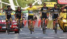 Chris Froome și Team Sky trec linia de sosire pe Champs Elysees