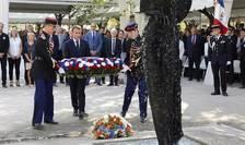 Presedintele francez Emmanuel Macron depune o coroanà de flori la memorialul victimelor terorismului, 19 septembrie 2018.