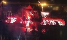 Acoperisul catedralei, mistuit de flàcàri, luni seara 15 aprilie 2019