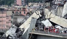 Viaduct prăbuşit la Genova. Echipele de intervenţie caută eventuali supravieţuitori (Foto: Reuters/Stefano Rellandini)