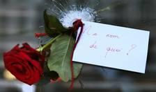 Trandafir înfipt în gaura provocatà de un glont într-unul din restaurantele pariziene atacate de teroristi