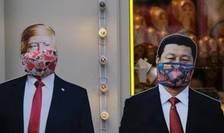 Efigii cu Donald Trump şi Xi Jinping mascaţi, pe o stradă din Moscova, 23 martie 2020.