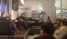 Traducatoarea Laure Hinckel, jurnalista Cristina Hermeziu şi traducătorul Nicolas Cavaillès în dialog cu cititori francezi
